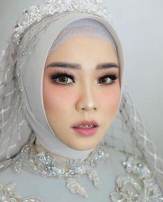 Muslim Wedding Gown, Hijabi Wedding, Wedding Gowns, Prom Makeup, Bridal Makeup, Make Up Pengantin, Hijab Bride, Wedding Make Up, Natural Makeup