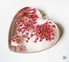 Ružové kvety v srdiečkovom prívesku. Crystal resin pendant with real flowers. http://www.sperkysan.sk/Ruzove-kvety-v-srdieckovom-privesku