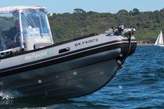 Que signifient les lettres apposées sur la coque d'un bateau ?
