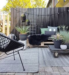 Most current Absolutely Free black garden fence Ideas If you are interested in kennel area guidelines to define borders within your backyard, hide a strong eye sore. Garden Seating, Outdoor Seating, Outdoor Rooms, Outdoor Gardens, Outdoor Living, Outdoor Furniture Sets, Outdoor Decor, Garden Furniture, Outdoor Lounge