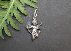 Schmuckanhänger mit Motiv Engel für Uhrkette oder Halskette. Ein schöne Geschenkidee, die Sie bequem im Online-Shop bestellen können. Shops, Gold, Brooch, Jewelry, Fashion, Angel, Neck Chain, Clock, Silver