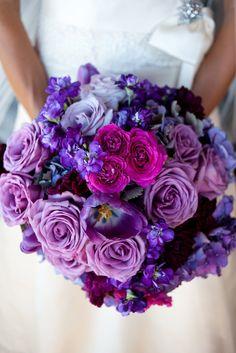 Bouquet de roses violettes, pour ajouter une touche de couleur dans vos fleurs de mariée