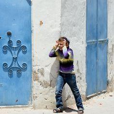 Un bambino tunisino gioca per strada nel quartiere ebreo Hara Kebira, durante una cerimonia per il pellegrinaggio annuale alla sinagoga El Ghriba, un'antica sinagoga sull'isola di Gerba