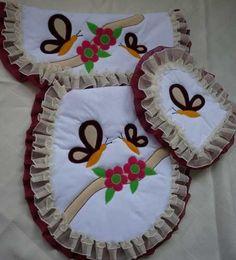 Resultado de imagen para lenceria juegos de baño Bathroom Crafts, Bathroom Sets, Dress Sewing Patterns, Crochet Patterns, Fabric Decor, Free Crochet, Applique, Baby Shower, Quilts