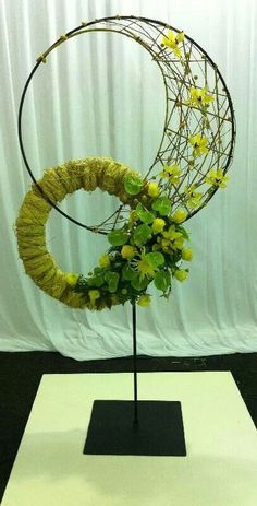 We should get some bird feeder hangers that are easy ti step into the ground and try a funeral piece on it. Contemporary Flower Arrangements, Unique Flower Arrangements, Unique Flowers, Beautiful Flowers, Arte Floral, Deco Floral, Floral Design, Flower Show, Flower Art