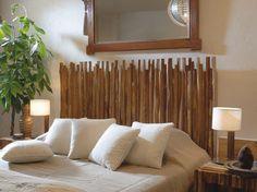 Cabeceira de cama com troncos de eucaliptos