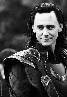 Loki / tom marvel/avengers/rdj/evans/everyone! Marvel Jokes, Loki Thor, Loki Laufeyson, Marvel Avengers, Thomas William Hiddleston, Tom Hiddleston Loki, Loki Kneel, Loki Aesthetic, Loki Wallpaper
