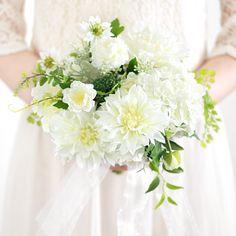 リラックスした空気感。ゆれる葉先も軽やかな、ダリアのクラッチブーケ。 ぱっと華やかに花開く白いダリアに、野趣あるグリーンが少しこなれた大人のフレッシュ感を醸し出します。 白 ダリア クラッチブーケ ブートニアセット/シルクフラワー(造花)
