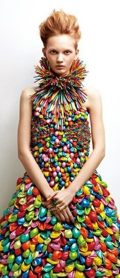 Creative fashion: 10 stunning dresses made with balloons.and it has mix with different colors on it, to make the dress look cool and beautiful Weird Fashion, Fashion Art, High Fashion, Fashion Show, Dress Fashion, Color Fashion, Unique Fashion, Fashion Clothes, Runway Fashion