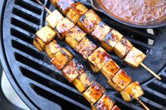 These tofu skewers are the best way to make everybody enjoy tofu. Perfect for BBQ, you can also bake them if you prefer. I suggest using extra-firm tofu and not overcooking it. Vegan Barbecue, Bbq Tofu, Vegan Grilling, Firm Tofu Recipes, Vegetarian Recipes, Healthy Recipes, Diet Recipes, Marinade Tofu, Bbq Skewers