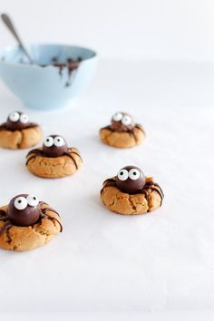 Peanutbutter Spider Cookies - so cute and easy to make, perfect treat for Halloween!! | Louiogbearnaisen.dk