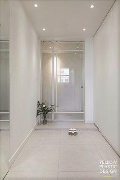 아이들을 위해 비워지고 채워진 공간 위치 : 강남구 도곡렉슬 아파트 주거 형태 : 아파트 면적 : 143㎡ (43... Apartment Entrance, House Entrance, Entrance Doors, Apartment Interior, Kitchen Interior, Entrance Design, Hall Design, Door Design, Korean Apartment