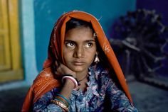 Steve McCurry, INDIA. 1996. Portrait of a girl leaning on her hand.