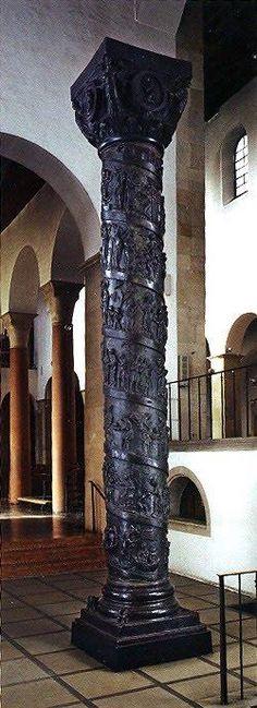 Colonne triomphale, 1020, bronze, cathédrale d'Hildesheim : exemple de référence à l'art antique dans l'art ottonien (cf. Colonne Trajane)