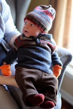 This is an easy sweater to knit for a precious baby. You can make it in endless different ways and it's easy to make it smaller or bigger since it's knitted from the top down without any seems. Baby Sweater Patterns, Baby Patterns, Knitted Baby Clothes, Knitted Hats, Baby Sweaters, Baby Love, Fingerless Gloves, Baby Knitting, Arm Warmers