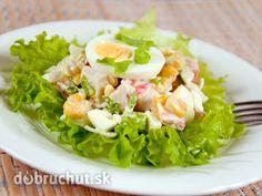 Ruské vajcia 2 vajcia 1 vaječný žĺtok 1 dl olej 1 dl kyslá smotana 40 g hrášok 40 g jablko 40 g mrkva 40 g zemiaky 40 g kyslé uhorky podľa chuti soľ, citrón šťava, horčica, voda Žĺtok vymiešame so soľou a horčicou a prikvapkávame olej. Prilejeme citr šťavu, smotanu, zamiešame, dáme hrášok, uvarenú mrkvu a zemiaky, kyslé uhorky, jablká pokrájané, premiešame, na misu, dáme vajcia prekrojené na polovice