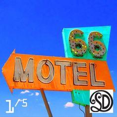 Kussen Motel 66 (60x60 cm). Foto gemaakt door #MirjamvanRavenhorstDeTextielFabriekSDD. Beperkte oplage van 5 stuks. Te bestellen bij www.vintageinthespotlight.nl