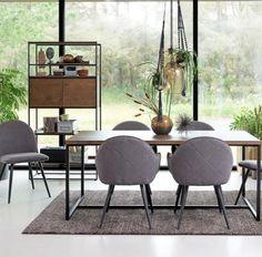 Møbelserie, der kombinerer vild brun lakeret eg og sort metal Dining Chairs, Dining Table, Sorting, Metal, Furniture, Material, Home Decor, Products, Oak Tree