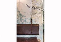 Panche imbottite e rivestite in pelle marrone per i tavolini che riempiono il locale The Nelson, arredato in stile casual chic dallo studio australiano Techne Architecture + Interior Design. Le pareti, invece, sono state dipinte dall'artista Dexter Rosengrave. Ispirazione: il mare