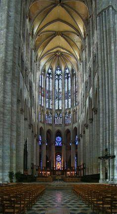 L'alternance de piles fortes et piles faibles rythme la nef et renforce ainsi l'impression de longueur, d'horizontalité. Le rapport hauteur/largeur de la nef accentue ou diminue la sensation de hauteur de la voûte. La forme des piles, la décoration des chapiteaux, la proportion des niveaux (grandes arcades, triforium, fenêtres hautes),... participent tous à l'expression de l'esthétique de l'architecture gothique : – volonté de hauteur (cathédrale Saint-Pierre de Beauvais) ;