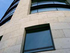 Piedra natural caliza Sabbia de Solnhofen, para la fachada del edificio Harcout Place, Dublin. Piezas de gran formato. #piedranatural, #fachada #caliza