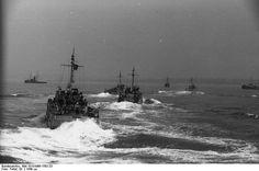 Grupo de lanchas rapidas alemanas atacando un convoy en el canal de la Mancha