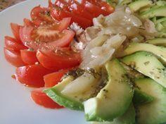 Pues eso..., para verano ensalada de pollo en escabeche con aguacates y tomate aliñado.  http://untorpeencasa.com/ensalada-de-pollo-en-escabeche-con-aguacate/