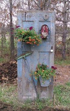 20 most beautiful vintage garden ideas - Diy Garden Decor İdeas Garden Yard Ideas, Garden Crafts, Diy Garden Decor, Garden Junk, Vintage Garden Decor, Garden Whimsy, Easy Garden, Outdoor Garden Decor, Outdoor Crafts