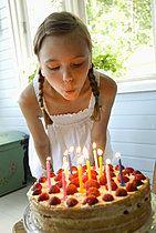 p3227144, Die Kerzen wegblasen, 10-12 Jahre, Essen, Geburtstagsfeier, Haare, Kerze, Menschen, Schulkind, Wind