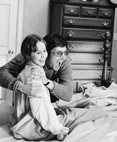 Linda Blair and William Friedkin on the set of The Exorcist, 1973 Best Classic Horror Movies, Adashino Benio, The Exorcist 1973, Linda Blair, Horror Makeup, Haunted Dolls, Vintage Hollywood, Film Movie, Behind The Scenes