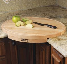 It has been constructed out of solid edge grain northern hard rock maple wood and includes a Boos Block board cream and beeswax finish.