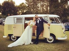 Il Pulmino t1 giallo è perfetto per le cerimonie estive!  Delicato, elegante e brioso proprio come questa bellissima coppia di sposi!  Disponibile in diversi colori: giallo, rosso, blu, azzurro, tortora e tiffany.  Contattaci e vieni a guardarlo da vicino! www.alfieauto.it la tua weddingcar ❤️ Sede a Salerno e Paestum  #weddingcar #pulminovolkswagen #furgoncinovolkswagen #matrimonio #autovintage #matrimoniovintage #autovintage