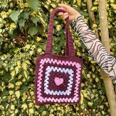 Crochet Daisy, Crochet Tote, Cute Crochet, Crotchet, Crochet Crafts, Crochet Dolls, Crochet Clothes, Crochet Projects, Crochet Designs