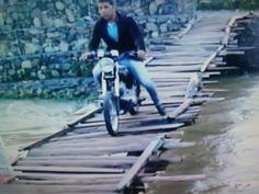 Hombre muere ahogado tras caer a río con su motor desde puente improvisado