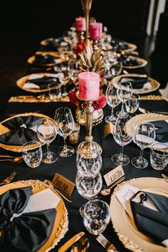 This Wolkenburg wedding features a vibrant, tropical twist on Gatsby glam that is unlike anything we've seen before. Great Gatsby Party Decorations, Great Gatsby Theme, Gatsby Themed Party, Great Gatsby Wedding, Party Table Decorations, Dinner Party Table, Dinner Themes, 60th Birthday Party, Mystery Dinner