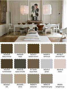 Kolla in de fantastiska stolarna, en roligt sätt att mixa udda stolar på!färger