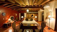 Todas sus suites cuentan con chimenea y la mejor vista panorámica del lago. Su estilo colonial, sus decoraciones con increíbles artesanías de la región, y todas las comodidades que ofrece hacen de cada estancia una experiencia placentera e inolvidable.