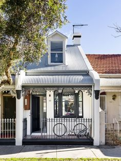 Image 9 of 18 from gallery of Alexandria House 3 / Pivot. Photograph by Justin Alexander Tiny House Movement, Victorian Terrace, Victorian Homes, Alexandria House, Melbourne Architecture, Historic Architecture, Brick Detail, Tiny House Exterior, Internal Courtyard
