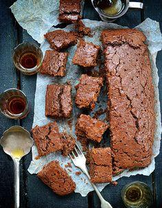 Recette Gâteau tout choco de Massimo Bottura : Faites fondre 50 g de chocolat noir à 70 % avec 50 g de beurre. Ajoutez-les à 1 gros jaune d'oeuf fouetté a...