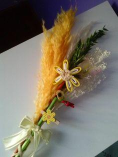 Palmas para el día de ramos hechas a mano decoradas con una mariposa y flor en goma eva.. bonitas y originales color amarilla