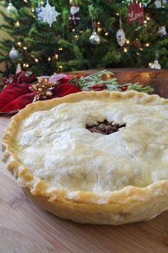 Tourtière is a Canadian meat pie popular during the winter holiday season, especially on Christmas Eve in the Quebec region. French Canadian Meat Pie Recipe, French Meat Pie, Canadian Food, Canadian Recipes, Canadian Dishes, French Pork Pie Recipe, French Meal, Canadian Cuisine, Russian Recipes