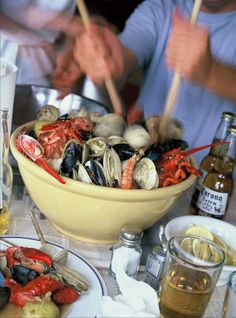 Barefoot Contessa, Ina Garten's --- favorite summer entertaining ideas is a Kitchen Clambake, where everyone gathers around the table and digs into a big pot of fresh seafood. It's just like a clambake on the beach- but without the mess!