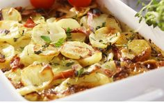 Potatislåda med kassler i form. Snack Recipes, Snacks, Recipe For Mom, Charcuterie, Potato Salad, Bacon, Food And Drink, Meat, Chicken