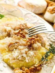 I Ravioli di ricotta e noci sono il piatto ideale da preparare nel week end. Ma il tempo speso nella preparazione della sfoglia viene ripagato dal gusto! #raviolidiricotta #raviolidinoci