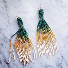 Du har sikkert set de flotte perleørenringe all over. Vi er vilde med looket – og vi elsker at det kan lade sig gøre at lave det, der findes på catwalken på en eftermiddag. Husk at investere i en perlenål – så går det hurtigt. Der har været vanvittig stor efterspørgsel på vores tassel beaded …