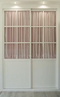 2 Puertas correderas. Modelo cuadrantes, cristal transparente con visillo rosa. Tablero Pantografiado en recuadro y ranuras verticales. Blanco lacado. Foto: David Prades.