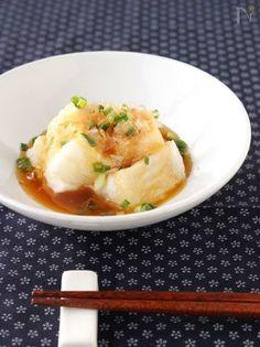お正月を過ぎると切り餅が余ってしまったなんてことも多いのではないでしょうか。ただ焼くのも、煮るのも食べ飽きた、そんな人におすすめのアレンジレシピをご紹介します。おかずとしてはもちろん、洋風レシピやおつまみ、スイーツまでアレンジできるので大量消費にも必見ですよ。 Home Recipes, Asian Recipes, Ethnic Recipes, Japanese Fried Rice, Make Smile, Japanese House, Yams, Potato Salad, Food And Drink
