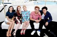 Cole Sprouse, Lili Reinhart, Camila Mendes, K. Apa, and Madelaine Petsch at an event for Riverdale Lili Reinhart, Riverdale 2017, Riverdale Memes, Cole Sprouse, San Diego Comic Con, Betty Cooper Riverdale, Riverdale Betty, Camila Mendes Riverdale, Camilla Mendes
