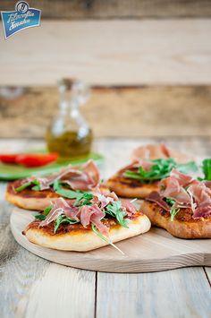 Pizzerinki z rukolą i szynką serano