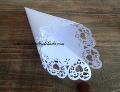 Cono blanco de cartulina para los petalos a la salida de la iglesia, pétalos para bodas al aire libre